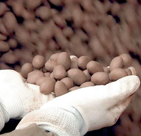 ナショナルブランドのアーモンドチョコレートも日進乳業の高いコーティング技術によって生産されています