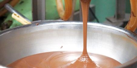 口当たりのなめらかなチョコレートのおいしさはきめ細やかな選別工程から